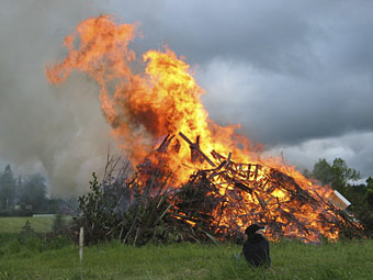 Midsummer_bonfire.jpg